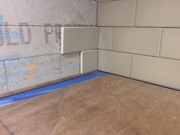 Proper way to quotfoldquot an inside corner on subway backsplash for Tiling a backsplash inside corner